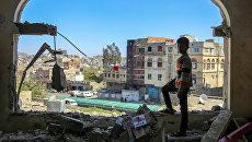 Мальчик осматривает разрушенное здание после атаки на город Таиз в Йемене. Февраль 2016. Архивное фото