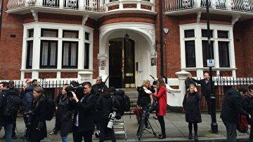 Возле посольства Эквадора в Лондоне