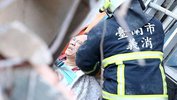 Спасение пострадавших из-под завалов дома, рухнувшего из-за землетрясения на Тайване
