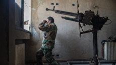 Солдат сирийской армии наблюдает за районом города Хомса Ваер