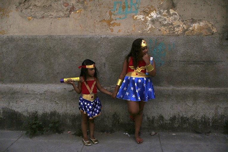 Участницы Cordao de Prata Preta в рамках праздничного карнавала в Рио-де-Жанейро, 6 февраля 2016