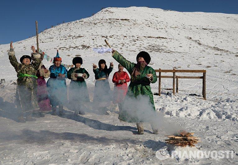 Женщины участвуют в обряде Сан салыр на зимней чабанской стоянке в Кызылском кожууне Республики Тыва во время демонстрации тувинских традиций встречи Шагаа