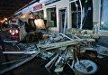 Сотрудники коммунальных служб производят снос незаконно построенных торговых павильонов у метро Кропоткинская в Москве