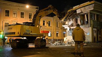 Сотрудники коммунальных служб производят снос незаконно построенных торговых павильонов у метро Чистые пруды в Москве