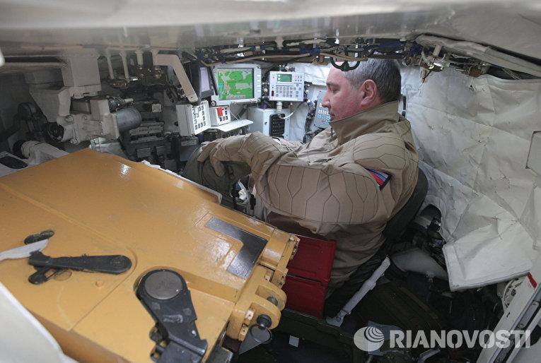 Заместитель председателя правительства РФ Дмитрий Рогозин в танке Т-90