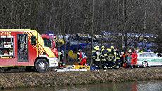 Сотрудники службы спасения на месте столкновения двух пассажирских поездов в Германии. 9 февраля 2016