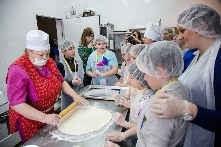 Участники реабилитационной программы учатся готовить пиццу