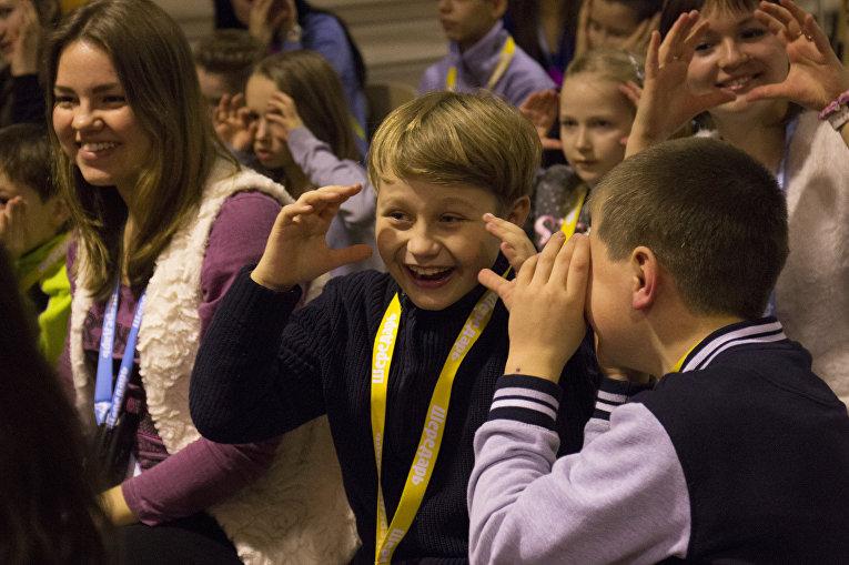 Дети повторяют за ведущим развлекательного представления движения под считалочку
