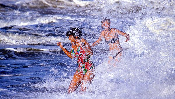 Две девушки купаются в Черном море. Архивное фото