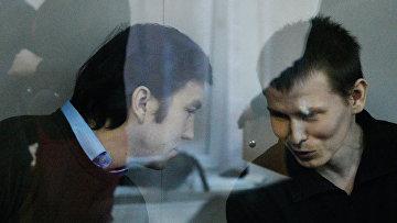 Граждане России Евгений Ерофеев (слева) и Александр Александров, обвиняемые в ряде военных преступлений на территории Украины, во время рассмотрения их дела в Голосеевском суде Киева. Архивное фото