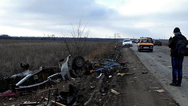Мужчина у места подрыва микроавтобуса в Донецкой области. Архивное фото