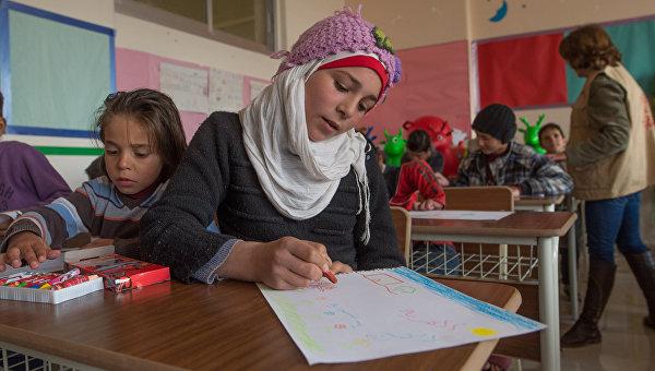 Дети в лагере беженцев, размещенном в здании одной из школ Дамаска