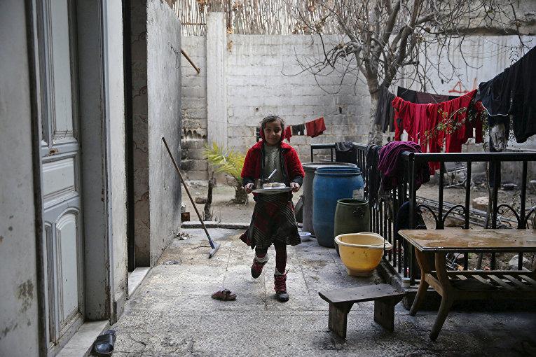 Дочь Шахрура с подносом в городе Ирбин, Сирия