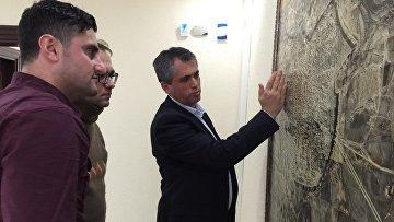 Мэр Диярбакрыра Фират Анли показывает на карте города район противостояния армии и курдских бойцов