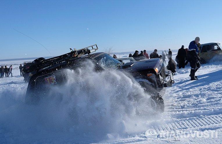 Автомобиль участника ежегодного автомобильного спортивно-туристического внедорожного мероприятия Снежный беспредел