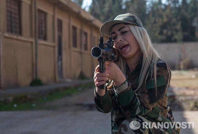 Женщина - доброволец сирийской армии на занятиях в 130-й учебной бригаде в пригороде Дамаска