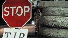 Украинский активист стоит на блокпосту возле Львова, блокируя движение грузовиков с российскими номерами во Львовской области. Архивное фото