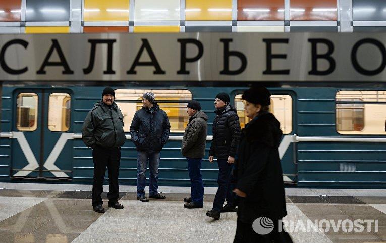 Пассажиры на платформе станции Саларьево Сокольнической линии московского метрополитена