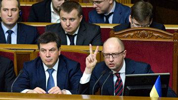 Премьер-министр Украины Арсений Яценюк (справа на первом плане) на заседании Верховной Рады Украины в Киеве