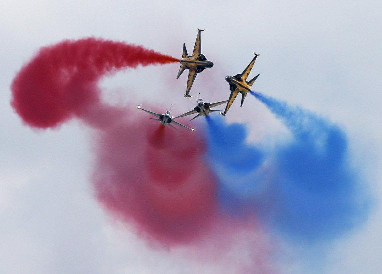 Выступление пилотажной группы Black Eagles из Южной Кореи на авиашоу Singapore Airshow в Сингапуре