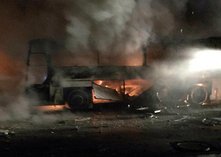 Горящий автобус на месте взрыва у общежития для военных в центре Анкары, Турция