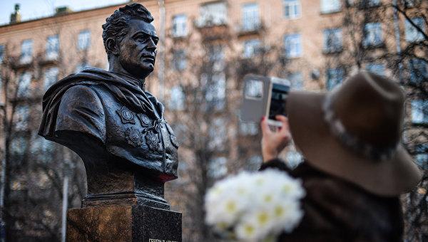 Торжественное открытие бюста генерала Черняховского в Москве на улице его имени