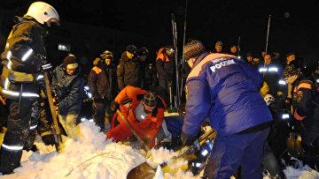 Спасатели МЧС расчищают от снега места схода лавины в городе Кировске Мурманской области