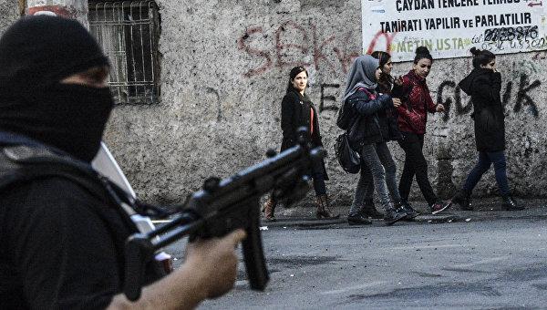 Сотрудник полиции на улице города Диярбакыр, Турция. Архивное фото