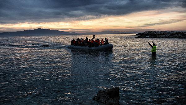 Беженцы на надувной лодке. Архивное фото