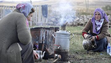 Женщины моют посуду в пострадавшей от землетрясения курдской деревне провинции Ван, Турция