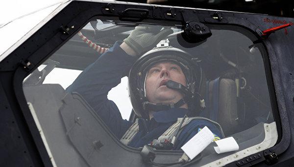 Летчик готовятся к учебно-тренировочным полетам экипажей армейской авиации отдельного вертолетного полка Южного военного округа. Архивное фото