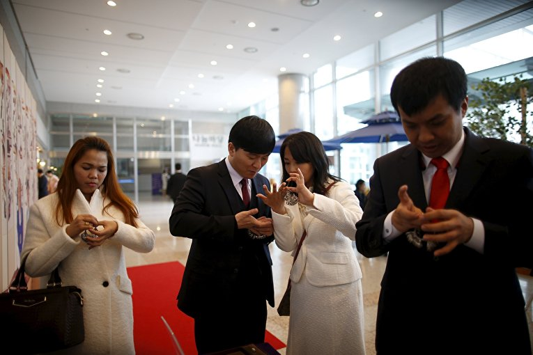 Подготовка к церемонии массовой свадьбы в Южной Корее