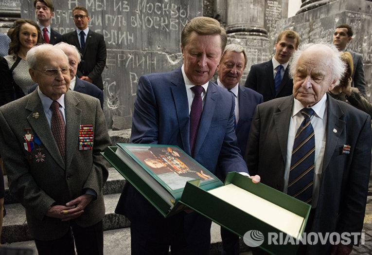 Руководитель администрации президента РФ Сергей Иванов во время осмотра трехмерной панорамы Битва за Берлин. Подвиг знаменосцев