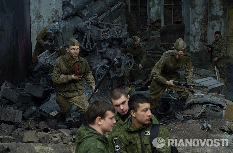 Военнослужащие российской армии во время осмотра трехмерной панорамы Битва за Берлин. Подвиг знаменосцев