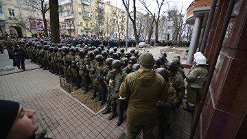 Полиция и Национальная гвардия Украины во время антиправительственного митинга в Киеве