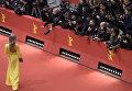 Фотокорреспонденты следят за гостями красной дорожки на закрытии 66-го Берлинского международного кинофестиваля Берлинале - 2016