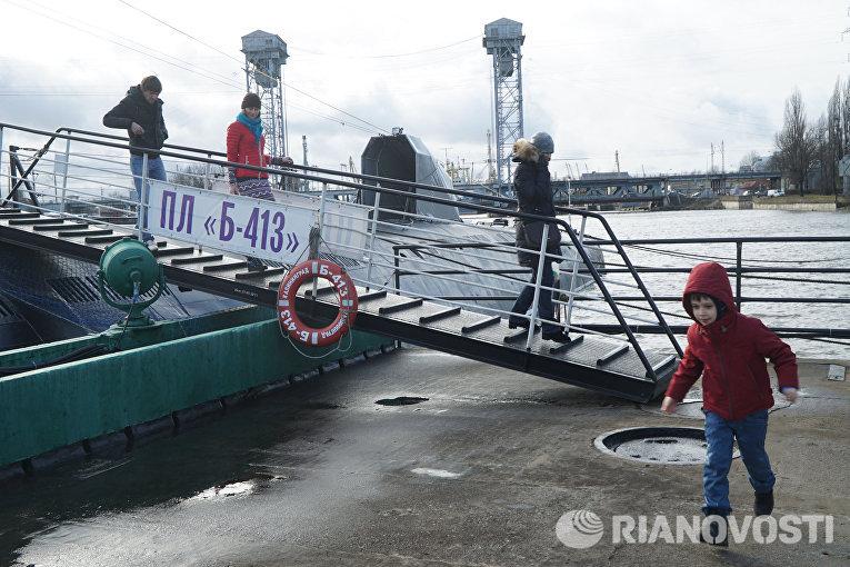 Посетители спускаются по трапу после осмотра подводной лодки Б-413 проекта 641 на набережной Петра Великого - экспоната Музея Мирового океана в Калининграде