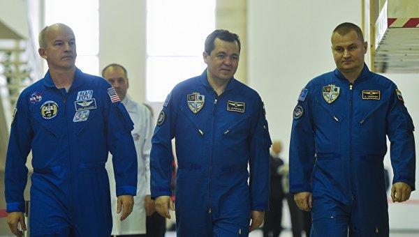 Члены основного экипажа МКС-47/48 астронавт НАСА Джеффри Уилльямс, космонавты Роскосмоса Олег Скрипочка и Алексей Овчинин во время комплексных экзаменационных тренировок МКС-47/48