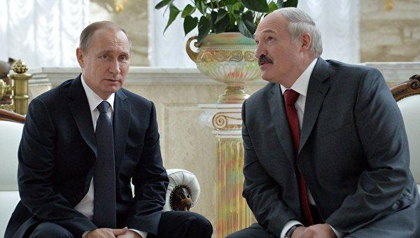 Президент России Владимир Путин и президент Белоруссии Александр Лукашенко во время беседы