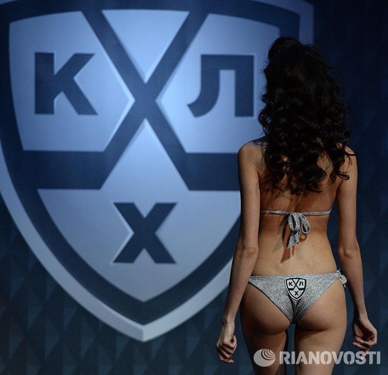 Модель демонстрирует одежду из коллекции дизайнера Антонины Шаповаловой перед началом матча 1/8 финала плей-офф Кубка Гагарина Континентальной хоккейной лиги