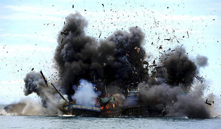 Лодки уличенные в незаконной рыбной ловле уничтожены в Индонезии