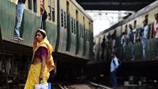 Пассажиры на железнодорожной станции в Калькутте, Индия. Архивное фото