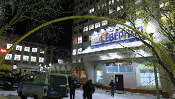 Сотрудники полиции у входа в здание шахты Северная в Воркуте . Архивное фото