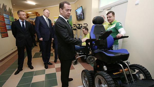Председатель правительства РФ Дмитрий Медведев (на первом плане) во время посещения строящегося комплекса Детский сад – Начальная школа гимназии № 22 в Калининграде