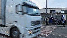 Украинские активисты стоят на блокпосту националистической партии Свобода, блокируя движение грузовиков с российскими номерами во Львовской области