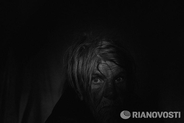 Работа из серии фотографий сделанных на Донбассе в сентябре 2015 года. Любовь Агольцева, 76 лет, житель села Старомихайловка расположенного в 20 км от Донецка