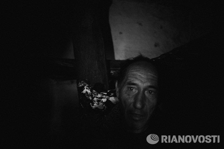 Работа из серии фотографий сделанных на Донбассе в сентябре 2015 года. Валерий Харламов, 57 лет, житель села Веселое расположенного около Донецкого аэропорта
