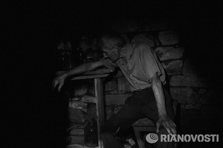 Работа из серии фотографий сделанных на Донбассе в сентябре 2015 года. Владимир Кошеленко, 65 лет, житель села Веселое расположенного около Донецкого аэропорта