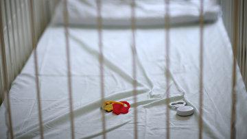 Пустая детская кроватка с игрушками в больнице