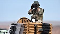Турецкий солдат наблюдает в бинокль . Архивное фото